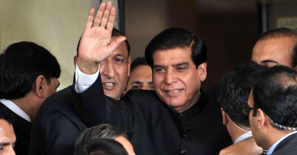 27.ago.2012 - Primeiro-ministro do Paquistão, Raja Pervez Ashraf, acena em sua chegada à Suprema Corte do país, em Islamabad, nesta segunda-feira (27). Ashraf vai responder sobre as acusações de corrupção contra o presidente do Paquistão, Asif Ali Zardar