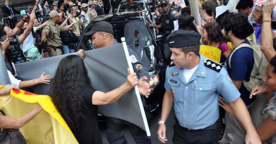 27.ago.2012 - A comitiva da presidente Dilma Rousseff é alvo de protestos na saída da cerimônia de premiação da 7ª Olimpíada Brasileira de Matemática das Escolas Públicas, realizada no Theatro Municipal, no Rio de Janeiro (RJ), nesta segunda-feira (27)