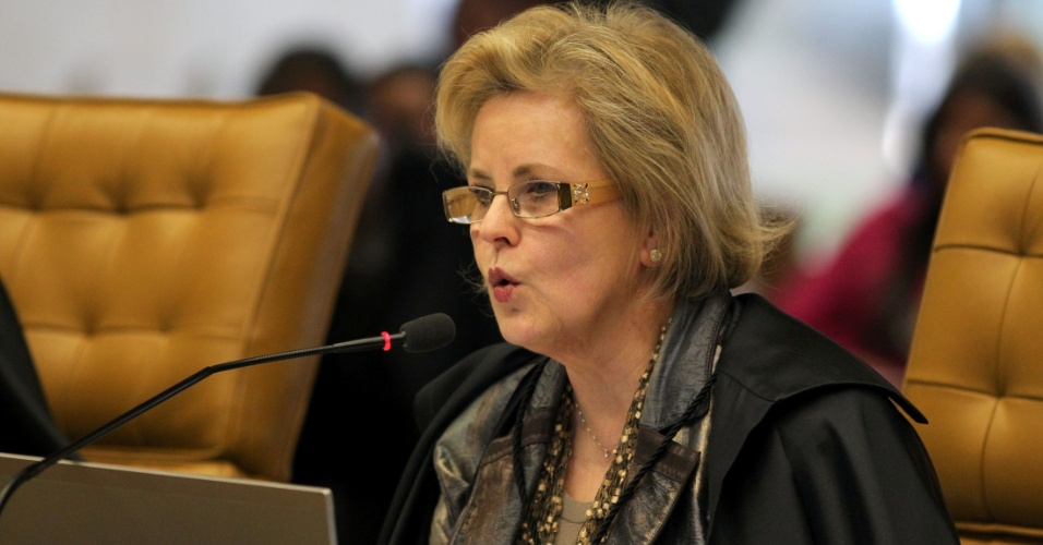 27.ago.2012 - A ministra Rosa Weber lê seu voto em sessão da 5º semana do julgamento do mensalão, no STF