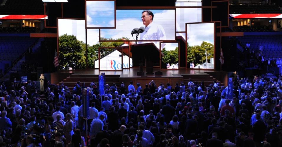 27.ago.2012 - Delegados assistem vídeo de campanha de Mitt Romney durante a Convenção Nacional do Partido Republicano, na qual o ex-governador Mitt Romney será nomeado candidato à Presidência dos Estados Unidos