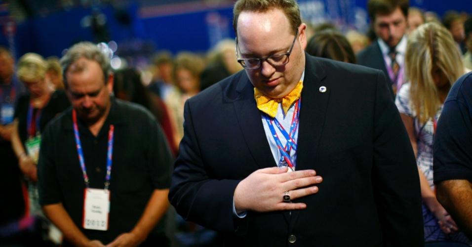 27.ago.2012 - Delegados oram durante a abertura da Convenção Nacional do Partido Republicano, na qual o ex-governador Mitt Romney será nomeado candidato à Presidência dos Estados Unidos. O evento é realizado em Tampa, na Flórida