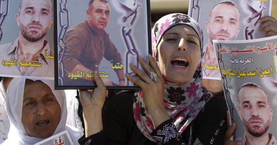 27.ago.2012 - Familiares de palestinos detidos em prisões israelenses protestam pedindo a libertação dos presos, em frente à sede da Cruz Vermelha, na Cisjordânia