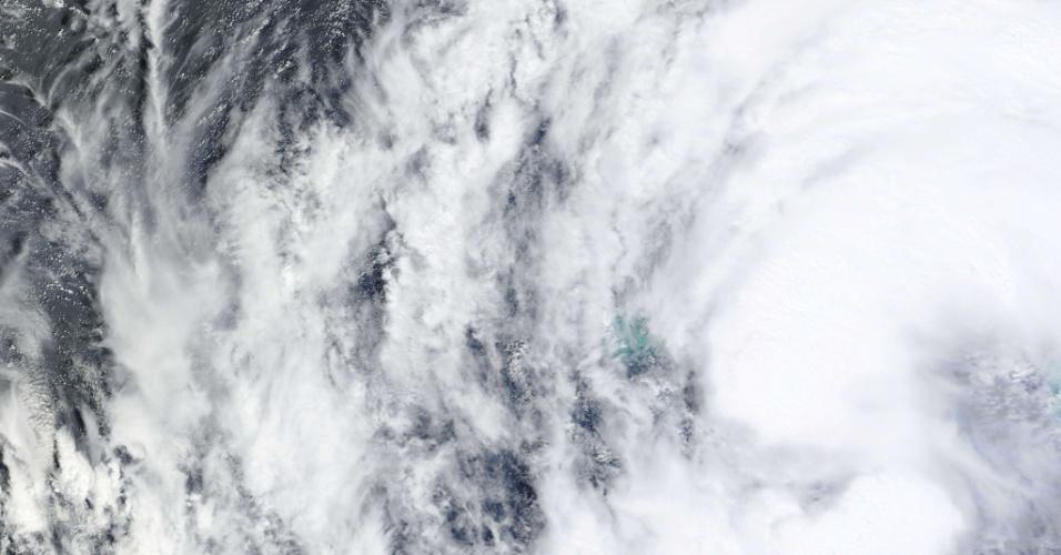 27.ago.2012 - Fotografia de satélite feita pela NASA mostra a tempestade tropical Isaac, no domingo (26). Depois de passar pelo Haiti, República Dominicana e Cuba, a tempestade avança em direção co Golfo do México e ameaça se converter em um furacão nesta terça-feira (28), segundo prevê o Centro Nacional de Furacões dos EUA