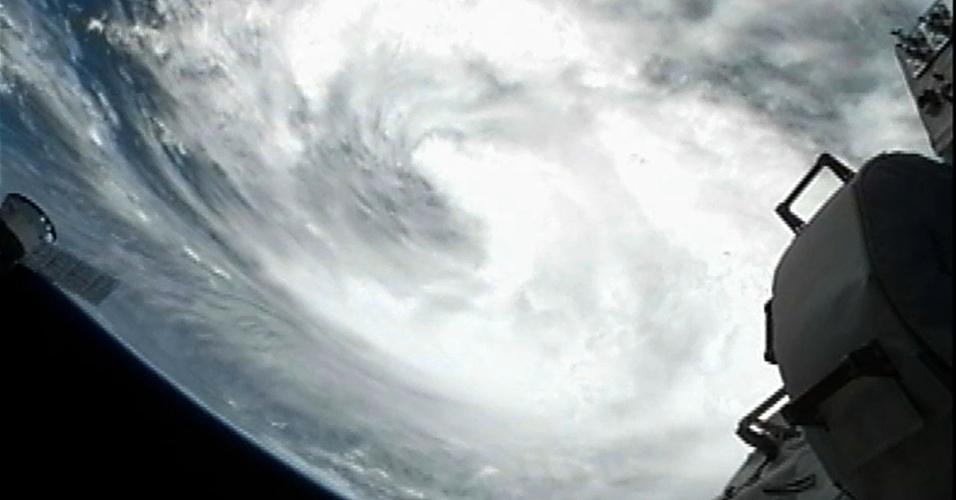27.ago.2012 - Fotografia feita por câmera instalada na Estação Espacial Internacional mostra a tempestade tropical Isaac se aproximando do estado de Louisiana, nos Estados Unidos. Por causa da ameaça de péssimas condições climáticas, a convenção nacional do Partido Republicano, realizada na Flórida, será encurtada