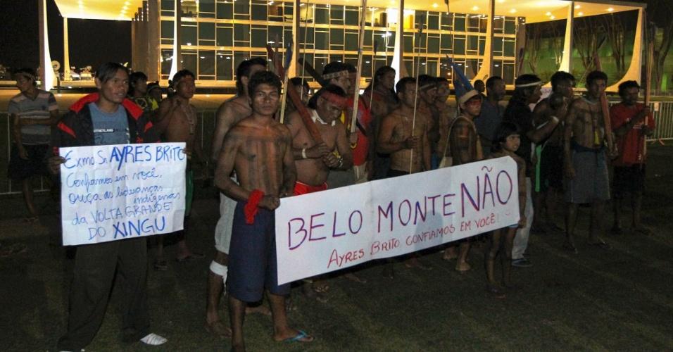 27.ago.2012 - Indígenas de várias etnias dos Estados de Goiás e Tocantins protestam em frente ao Supremo Tribunal Federal (STF), no intuito de sensibilizar o ministro Ayres Britto, presidente da corte, a votar pela paralisação das obras da usina hidrelétrica de Belo Monte, no rio Xingu, no Pará. Apesar do ato, Ayres Britto concedeu na noite desta segunda-feira (27) liminar que permite a retomada das obras