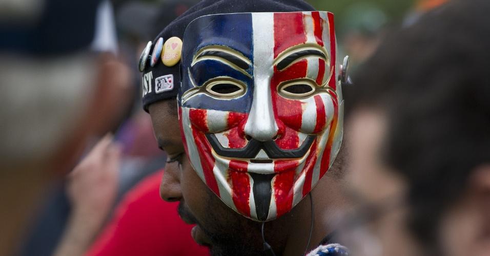 27.ago.2012 - Manifestante utiliza mascara de Guy Fawkes, símbolo do movimento ?Occupy Wall Street?, durante protestos em Tampa, na Flórida (EUA), onde o partido Republicano realiza sua convenção nacional a partir desta terça-feira (28)