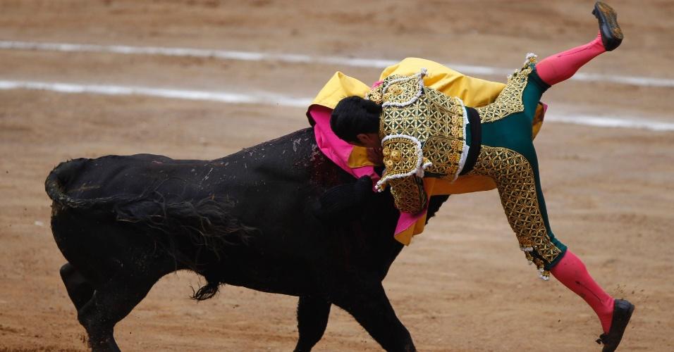 27.ago.2012 - Mexicano tenta desviar de ataque em tourada na Cidade do México, neste domingo (26)