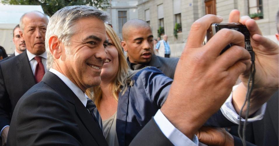 27.ago.2012 - O ator George Clooney é recebido por fãs em sua chegada em Genôva, na Suíça, onde participará de um jantar para levantar fundos para a campanha de Barack Obama, presidente dos Estados Unidos candidato à reeleição