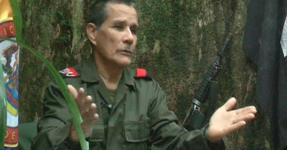 """27.ago.2012 - O comandante do grupo guerrilheiro colombiano Exército de Libertação Nacional, Nicolas Rodriguez - conhecido como """"Gabino"""" -, concede entrevista para a agência de notícias Reuters, numa floresta escondida da Colômbia, em imagem de vídeo divulgada nesta segunda-feira (27)"""