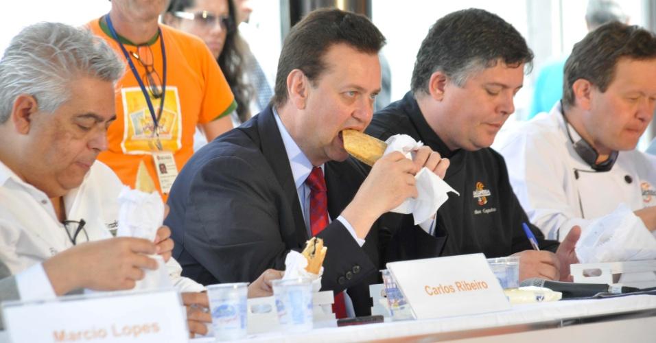 27.ago.2012 - O prefeito de São Paulo, Gilberto Kassab, participa do concurso que elege o Melhor Pastel de Feira da cidade de São Paulo, na praça Charles Miller, na manhã desta segunda-feira (27)
