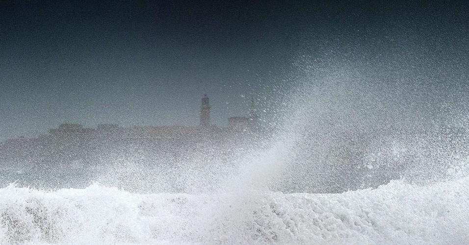 27.ago.2012 - Ondas quebram no mar de Havana, em Cuba, após a passagem da tempestade tropical Isaac. Com ventos de até 85 km/h, a tempestade trouxe chuvas fortes. O fenômeno meteorológico já atingiu Haiti, República Dominicana e Cuba, e agora segue rumo à Flórida (EUA), já em estado de alerta
