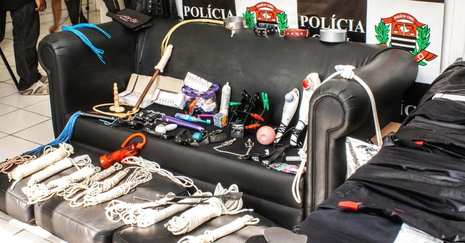 27.ago.2012 - Polícia apresenta material de sadomasoquismo apreendido na casa de um casal, no bairro do Tatuapé, em São Paulo (SP). Os donos dos objetos foram presos por suspeita de pedofilia