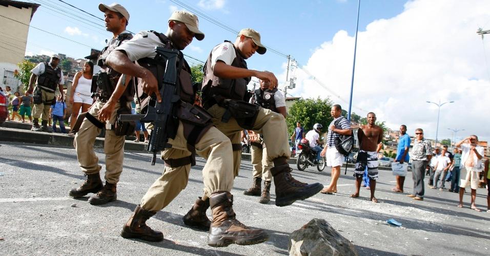 27.ago.2012 - Policiais militares tentam conter manifestação de moradores de Boiadeiro, bairro do subúrbio de Salvador (BA), contra a má qualidade do transporte urbano na região. Segundo os manifestantes, os ônibus que atendem o bairro não estariam parando nos pontos