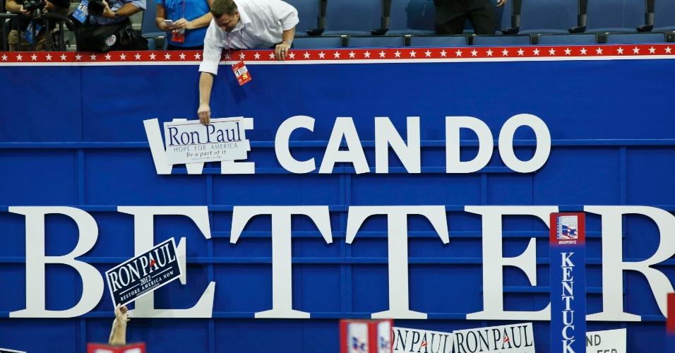 """27.ago.2012 - Simpatizantes de Ron Paul, pré-candidato republicano às presidenciais norte-americanas, fazem campanha pelo político na abertura da Convenção Nacional do Partido Republicano, em Tampa, na Flórida. No mural lê-se: """"Ron Paul pode fazer melhor"""""""