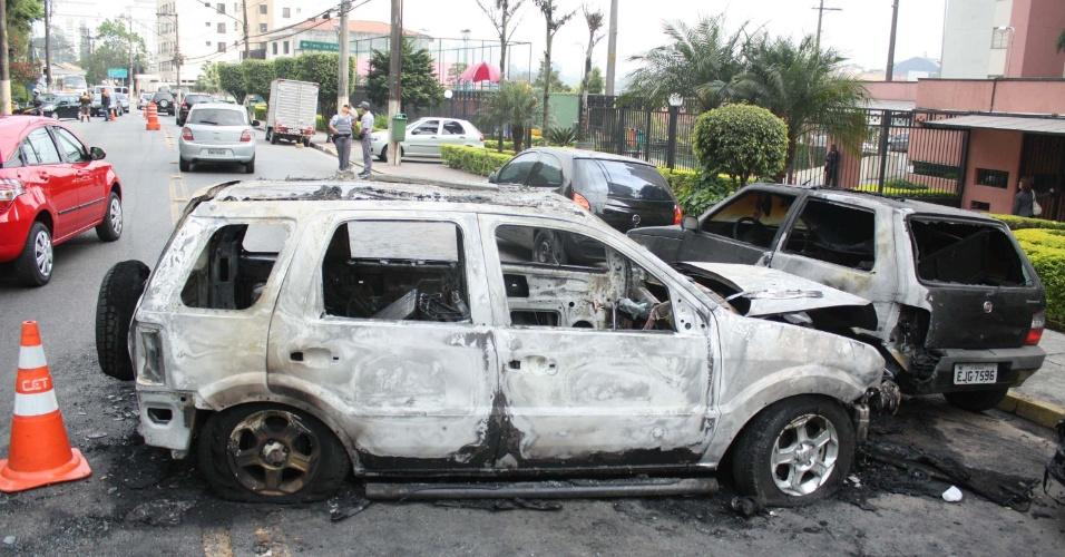 27.ago.2012 - Três carros foram incendiados no bairro Morumbi, na zona sul de São Paulo, na madrugada desta segunda-feira (27). A polícia ainda não prendeu os responsáveis. Não houve feridos