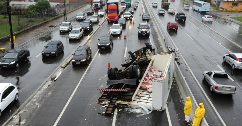 27.ago.2012 - Um caminhão que transportava carne tombou no km 252 da BR-116, próximo da sinaleira de Sapucaia do Sul, no sentido Porto Alegre (RS), por volta das 7h30 desta segunda-feira (27). O acidente ocorreu na faixa da esquerda da pista principal e complicou o trânsito nos dois sentidos da rodovia