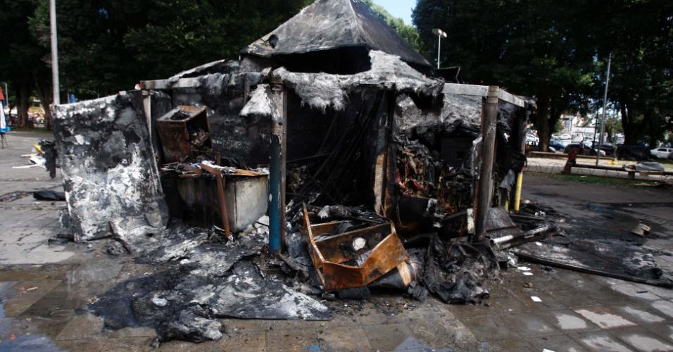27.ago.2012 - Um quiosque foi completamente destruído por um incêndio na praça do Mercado do Ouro, na região do comércio, em Salvador (BA), na tarde desta segunda- feira (27)