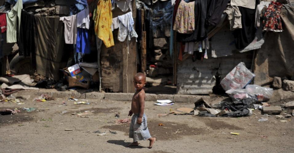 27.ago.2012 - Uma criança da comunidade Akhdam caminha em favela de Sanaa, no Iêmen. Os Akhdam pertencem a uma espécie de casta hereditária, a do estrato social mais baixo do país