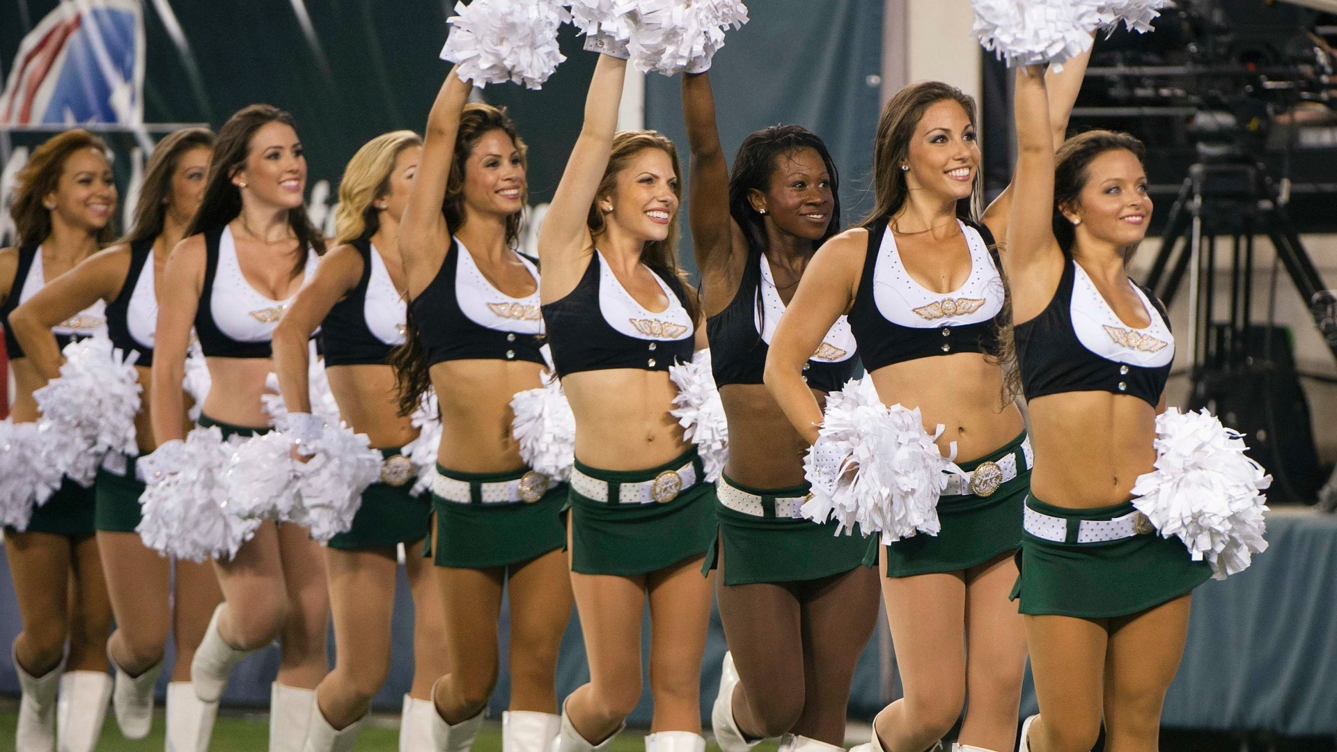 As meninas do Flight Crew se apresentam durante partida entre New York Jets e Carolina Panthers