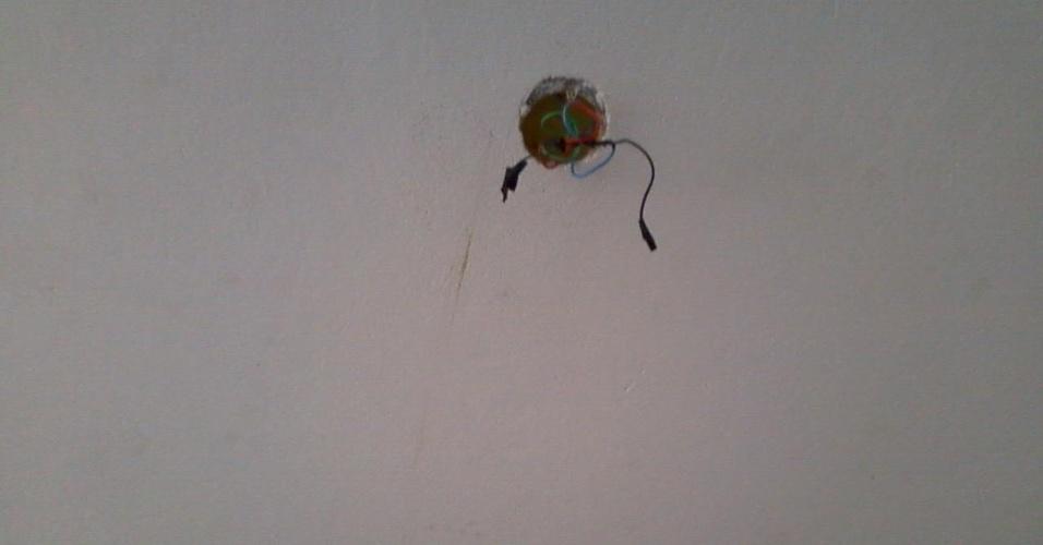 27.ago.2012 - Buraco de lâmpada que caiu, de acordo com Isadora