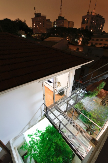 Da cobertura sobre o volume dos fundos da Casa Cayowaa é possível observar a vista noturna do bairro de Perdizes, em São Paulo