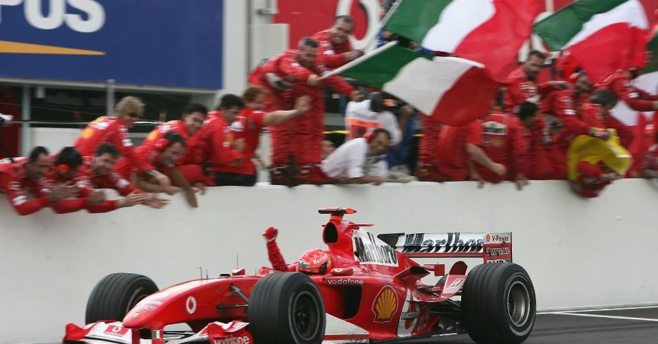 Michael Schumacher comemora sua vitória no Grande Prêmio do Japão de 2004