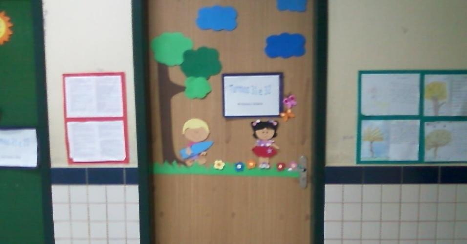 """27.ago.2012 - Porta """"novinha"""" instalada na escola, segundo Isadora"""