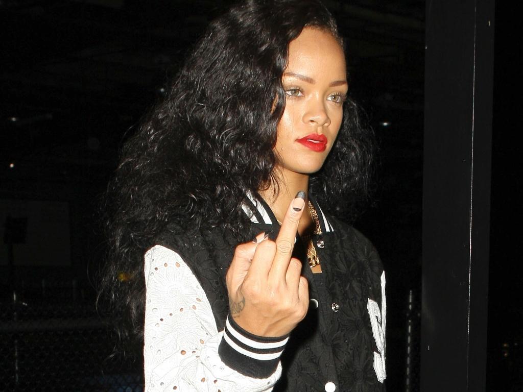 Rihanna mostra o dedo médio para fotógrafo ao ser flagrada com amigos em uma pista de kart na Califórnia (25/8/12)