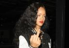 Fotografada com amigos em pista de kart, Rihanna mostra o dedo médio para paparazzo - Grosby Group