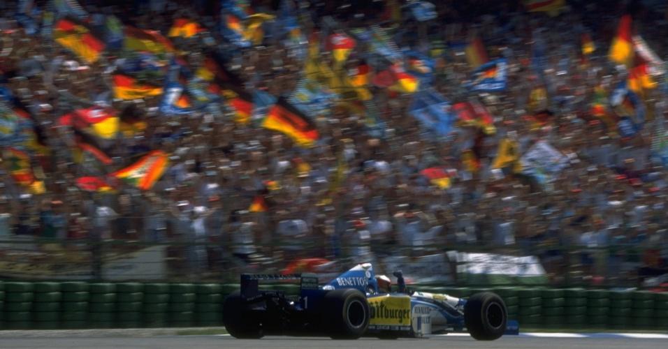 Schumacher comemora após vencer o GP da Alemanha de 1995