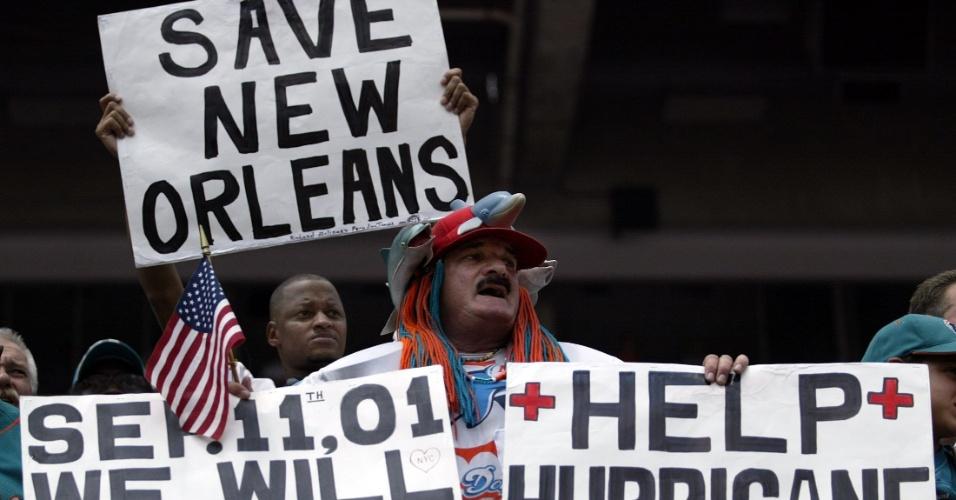 11.set.2005 - Torcedores de futebol americano exibem cartazes pedindo ajuda às vítimas do furacão Katrina, que devastou a cidade de Nova Orleans, nos Estados Unidos