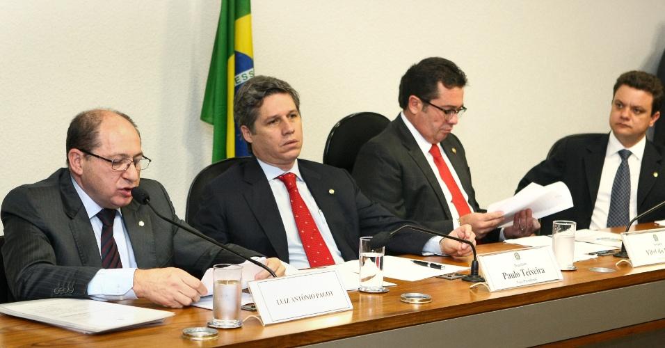28.ago.2012 - A Comissão Parlamentar Mista de Inquérito (CPI) que investiga as relações de Carlinhos Cachoeira com agentes públicos e privados ouve o depoimento do ex-diretor-geral do Departamento Nacional de Infraestrutura de Transportes (Dnit) Luiz Antonio Pagot, nesta terça-feira (28), em Brasília