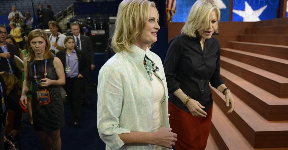 28.ago.2012 - Ann Romney, mulher do candidato republican à presidência dos EUA, Mitt Romney, caminha junto com a âncora da ABC News, Diane Sawyer, na Convenção Nacional do Partido Republicano, realizada em Tampa, na Flórida (EUA)