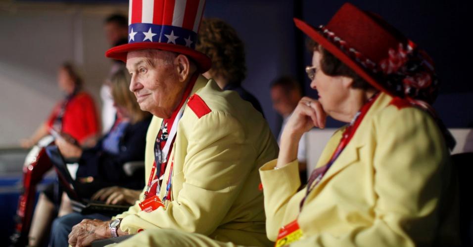 28.ago.2012 - Casal participa na plateia da Convenção Nacional do Partido Republicano, em Tampa, na Flórida (EUA), nesta terça-feira (28)