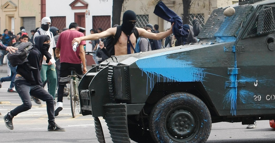 28.ago.2012 - Estudantes fizeram nesta terça-feira um novo protesto em Santiago para exigir reformas no sistema educacional chileno. O protesto ocorre após uma série de marchas não autorizadas registradas na última quinta-feira (23) e que terminaram em confrontos com a polícia, deixando mais de uma centena de detidos
