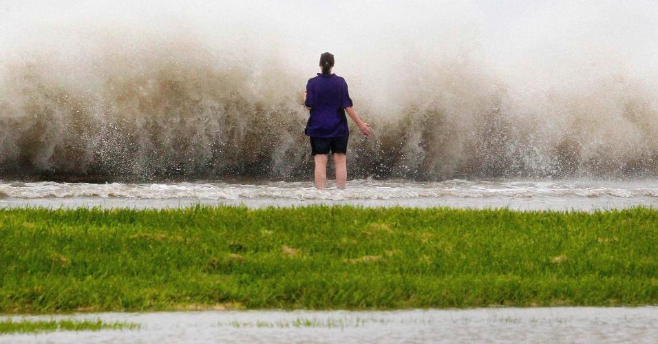 28.ago.2012 - Moradora de Nova Orleans observa o mar na costa de Lake Pontchartrain, em Nova Orleans, nos EUA. A tempestade Isaac se transformou em furacão de categoria 1 e ameaça Nova Orleans