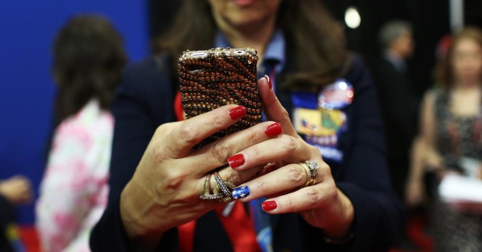 28.ago.2012 - Mulher tira foto com smartphone decorado com jóias na Convenção Nacional do Partido Republicano, em Tampa, na Flórida (EUA), nesta terça-feira (28)
