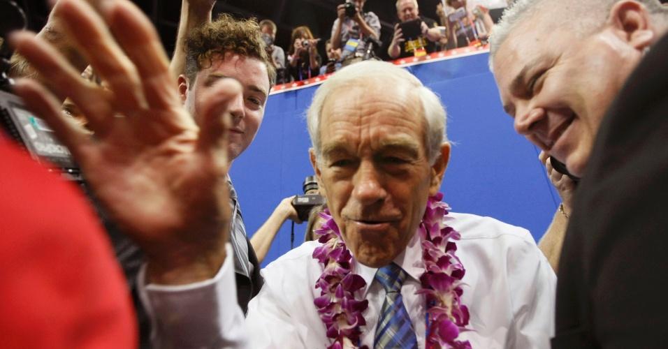 28.ago.2012 - O ex-candidato à presidência dos EUA, Ron Paul, cumprimenta participantes da Convenção Nacional do Partido Republicano, realizada em Tampa, na Flórida (EUA)