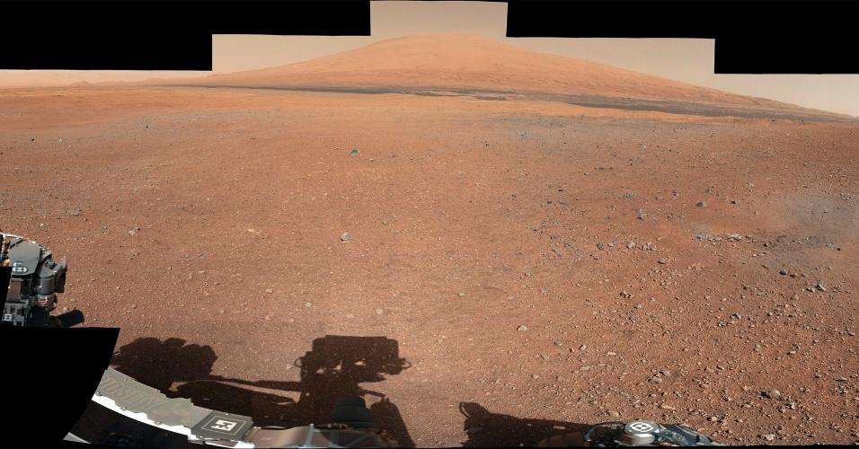 28.ago.2012 - Panorâmica colorida traz a visão de 360º do robô Curiosity do monte Sharp, que fica a 20 quilômetros de distância do local do pouso