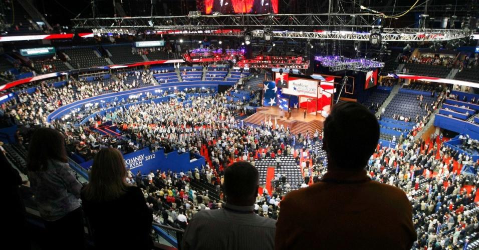28.ago.2012 - Público fica de pé durante abertura da Convenção Nacional do Partido Republicano, em Tampa, na Flórida (EUA), nesta terça-feira (28). A Convenção Republicana deve escolher Mitt Romney como adversário de Barack Obama nas eleições presidenciais