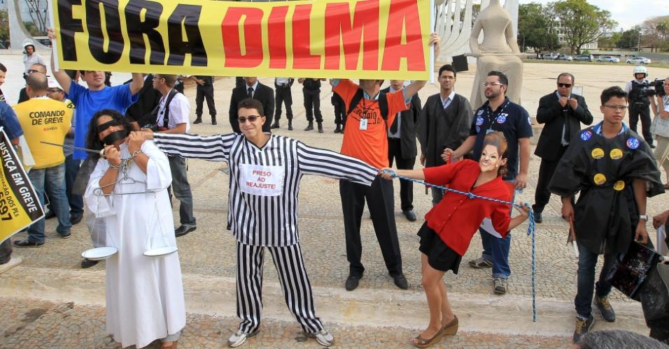 28.ago.2012 - Servidores do Judiciário em greve fazem manifestação em frente ao STF, em Brasília. Eles derrubaram as grades e chegaram perto do prédio do tribunal