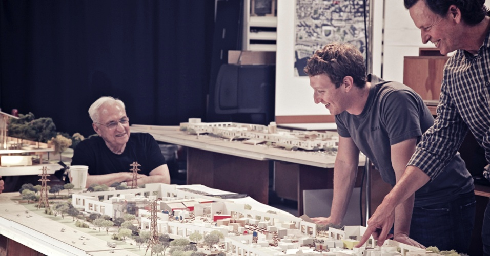 29.ago.2012 - Mark Zuckerberg (centro), cofundador do Facebook, se reúne com os arquitetos Frank Gehry (esq) e Craig Webb (dir) para conferir o projeto de ampliação do campus da empresa, em Menlo Park, Califórnia. Segundo a agência de notícias Reuters, a companhia tem planos de criar um grande anexo para o espaço atualmente disponível. Gehry é conhecido por projetos com metal, como o Museu Guggenheim, na Espanha, e o Walt Disney Concert Hall, em Los Angeles. A foto acima, de divulgação, foi cedida pelo próprio Facebook à Reuters