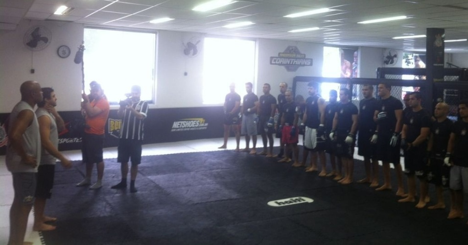 Anderson Silva participa de treino na academia do Corinthians, nesta tera-feira, em So Paulo