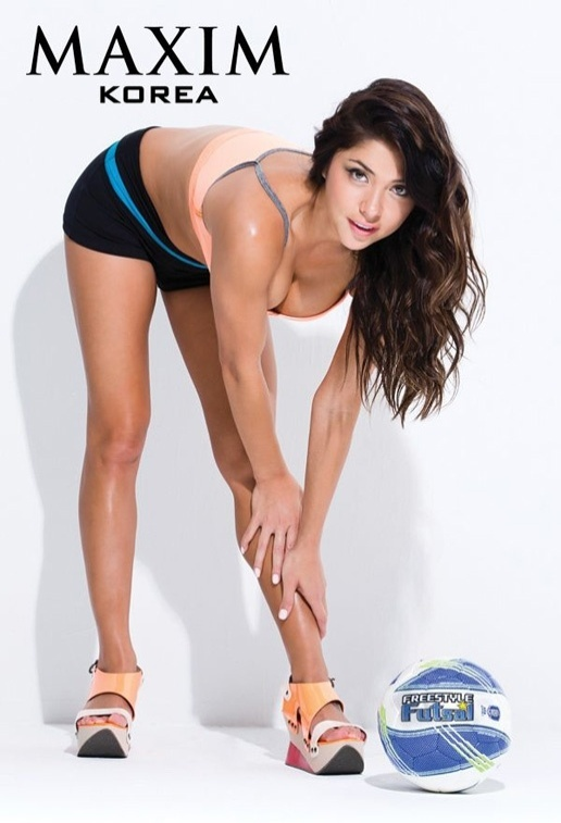 Arianny Celeste posa como jogadora de futebol para revista coreana