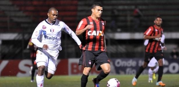 Atletas do Joinville e do Atlético-PR disputam jogada em Paranaguá