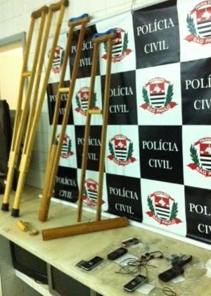 Celulares são apreendidos em par de muletas entregue por advogado a preso em Araraquara (SP)