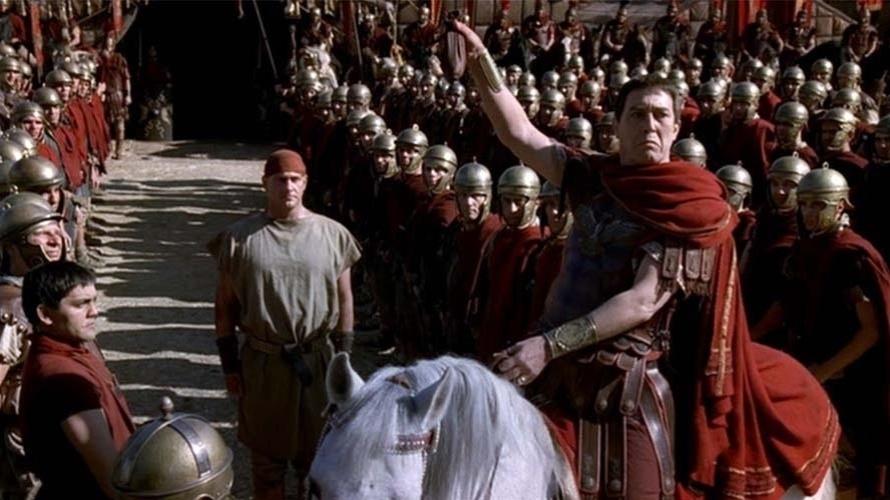 Político, militar talentoso e intelectual, Julio César pertencia a uma família de patrícios, a elite romana. Liderou a campanha vitoriosa da Gália e ganhou muita popularidade entre as legiões romanas e o povo. Ficou tão poderoso que o Senado foi obrigado a ceder, permitindo que ele assumisse a realeza e convertesse a República romana em império.