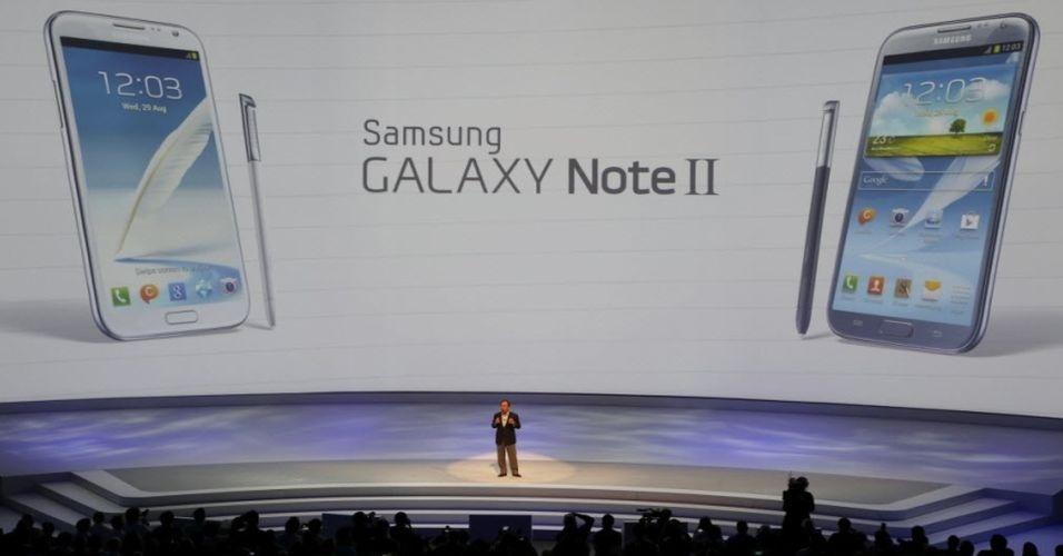 29.ago.2012 - A apresentação da Samsung contou com participação de um mágico para introduzir o evento e demonstrou diversos equipamentos, como tablet, câmera fotográfica, smartphone e notebooks