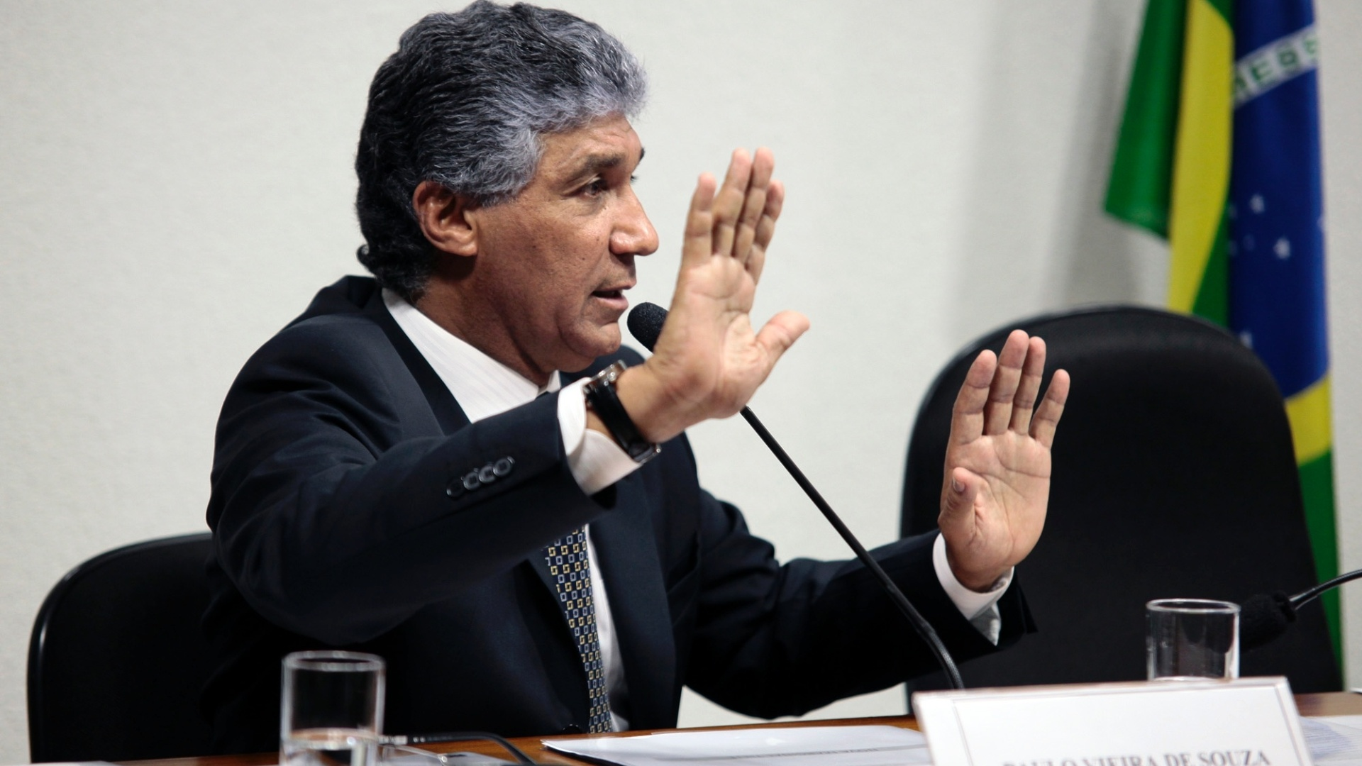 29.ago.2012 - A CPI do Cachoeira ouve o depoimento do ex-diretor da Dersa, empresa responsvel pelo desenvolvimento Rodovirio em So Paulo, Paulo Vieira de Souza.  comisso, ele declarou que 'no era o Robin, mas o Batman' das obras pblicas no Estado de So Paulo