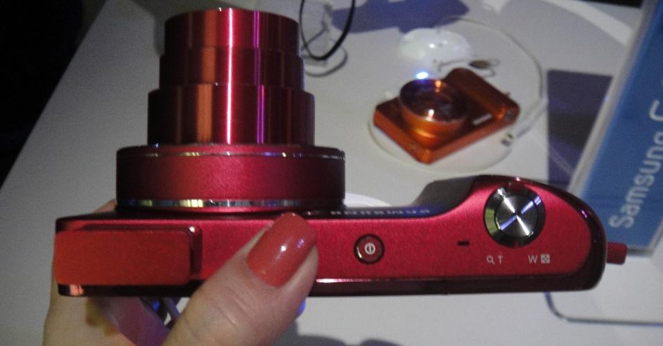 29.ago.2012 - A Samsung apresentou a chamada Galaxy Camera, uma câmera fotográfica com 16 megapixels e tela de 4,8 polegadas que roda o sistema operacional Android, versão Jelly Bean. O produto -- que acessa a internet via Wi-Fi ou redes 3G e 4G -- rodará aplicativos, facilitando a edição de imagens